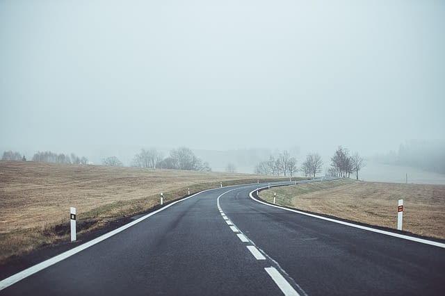 droga ze słupkami prowadzącymi